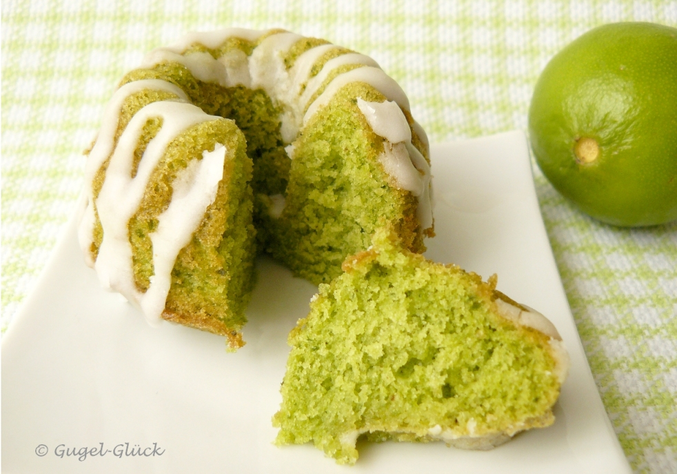 saftiger grüner Limetten-Mini-Gugelhupf mit Blattspinat gefärbt