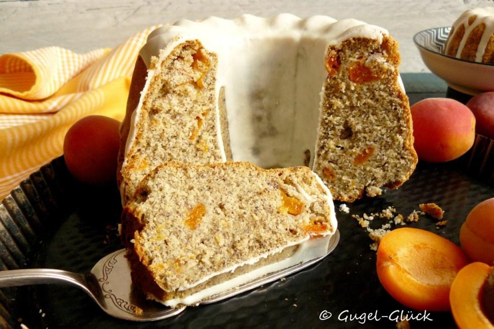 Aprikosen-Mohn-Gugelhupf mit Vanilleguss