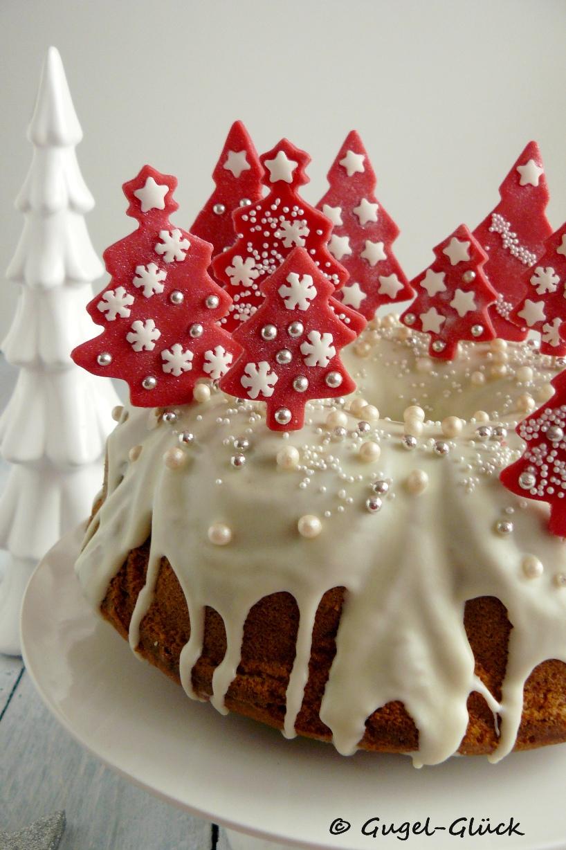 Eierlikör-Gugelhupf mit Pflaumenmus-Swirl und Schokoladenguss und Dekoration aus roten Fondant-Tannenbäumchen