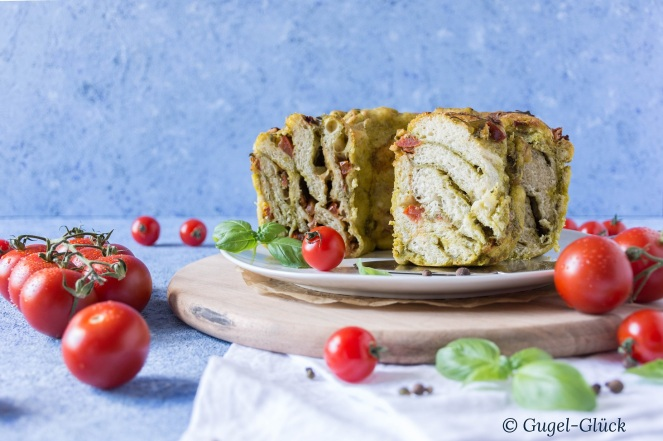 Pesto-Tomaten-Faltenbrot Gugelhupf 05Ss