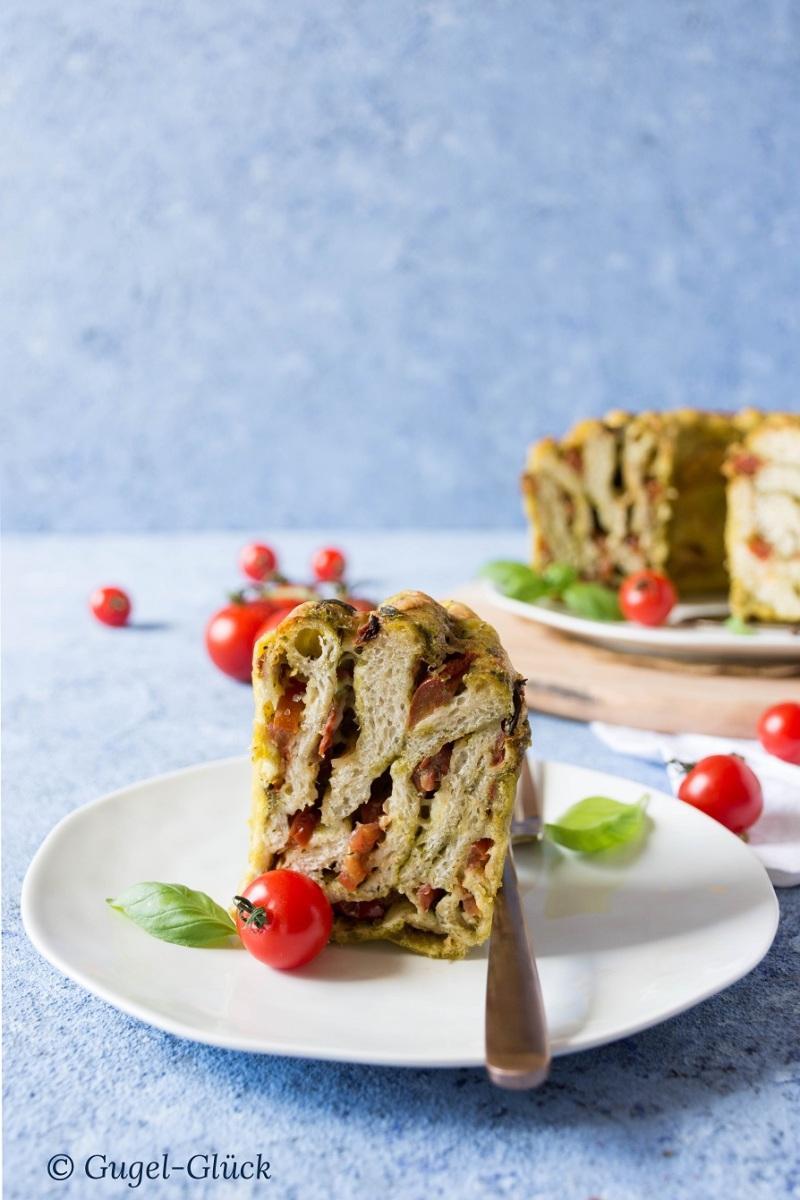 Pesto-Tomaten-Faltenbrot im Gugelhupf