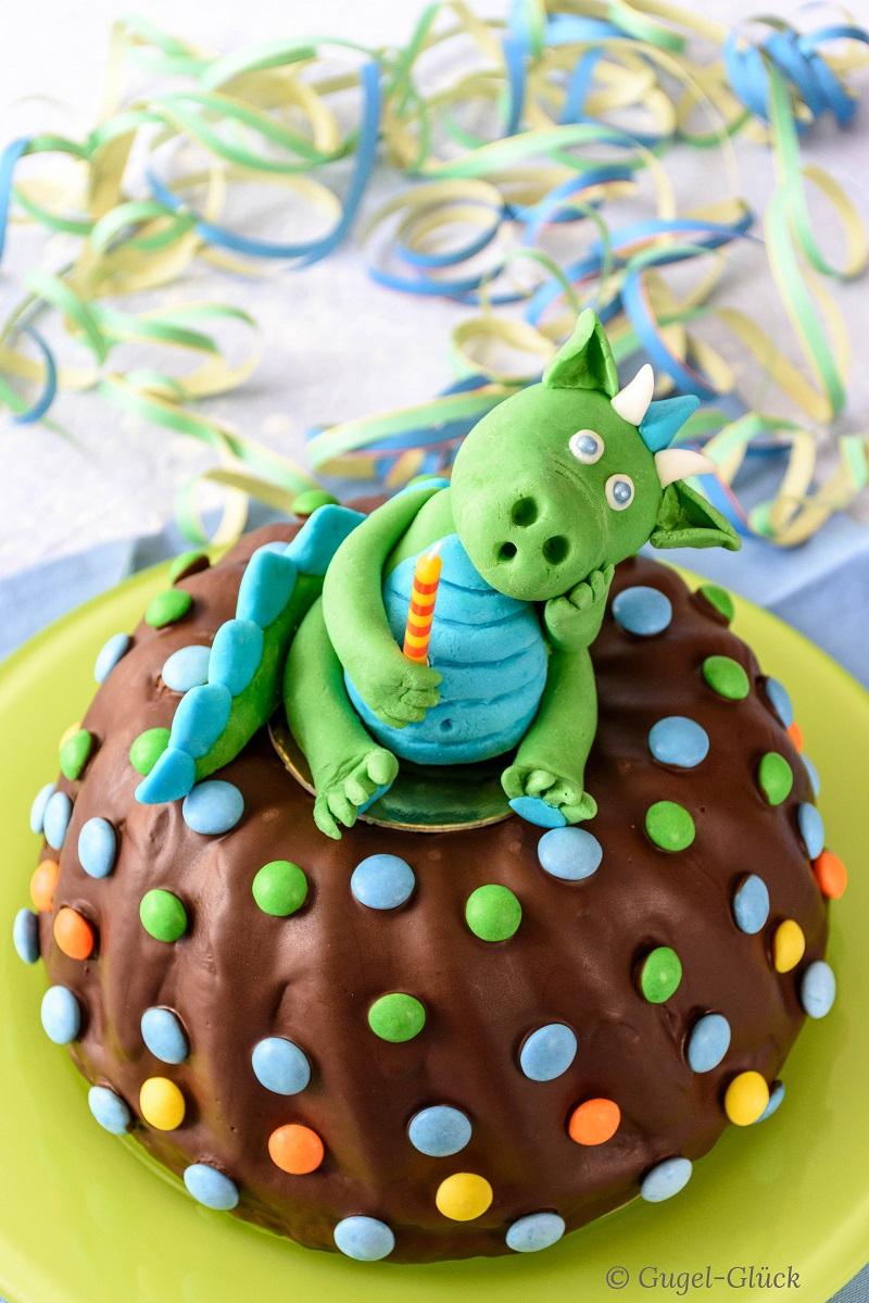 Saftiger Marmorkuchen mit Schokoladenglasur und einem Drachen aus Fondant, Fondantfigur