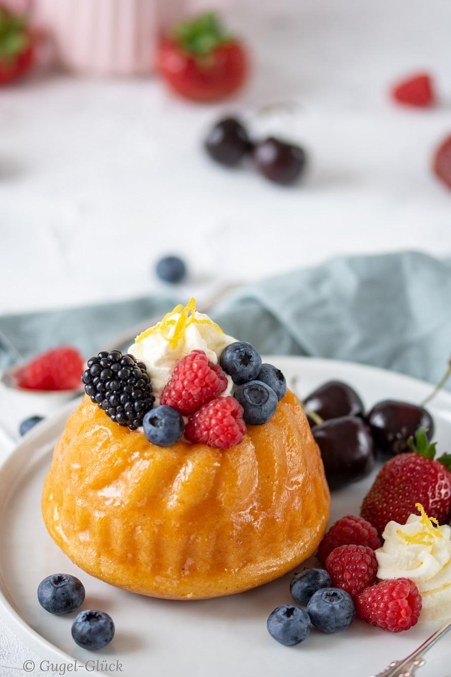 Savarin - französisches Dessert mit Beeren. Rezept auf: https://gugelglueck.com/